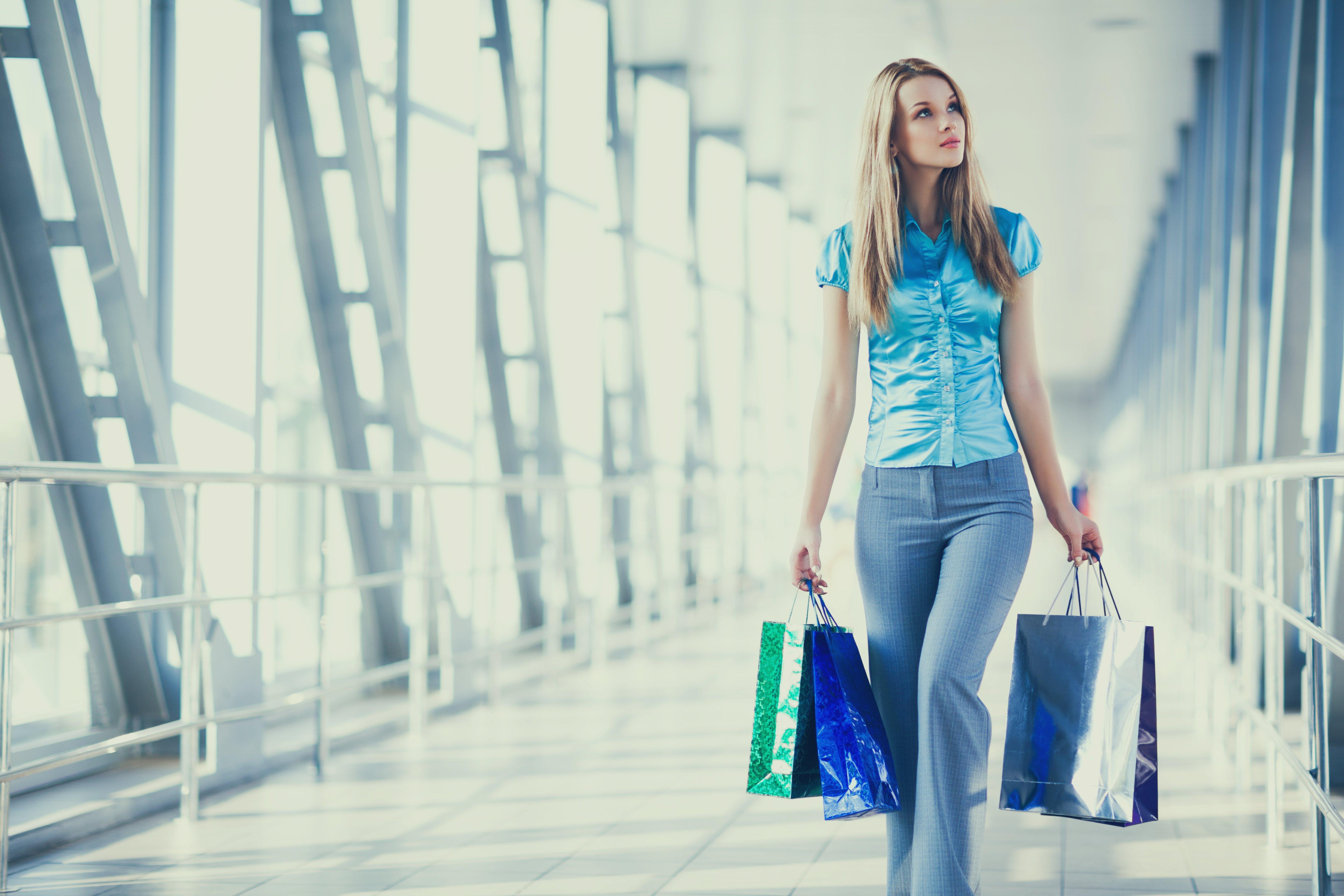 beautiful-women-posing-standing-in-shopping-mall-GNTUP4Z(1)